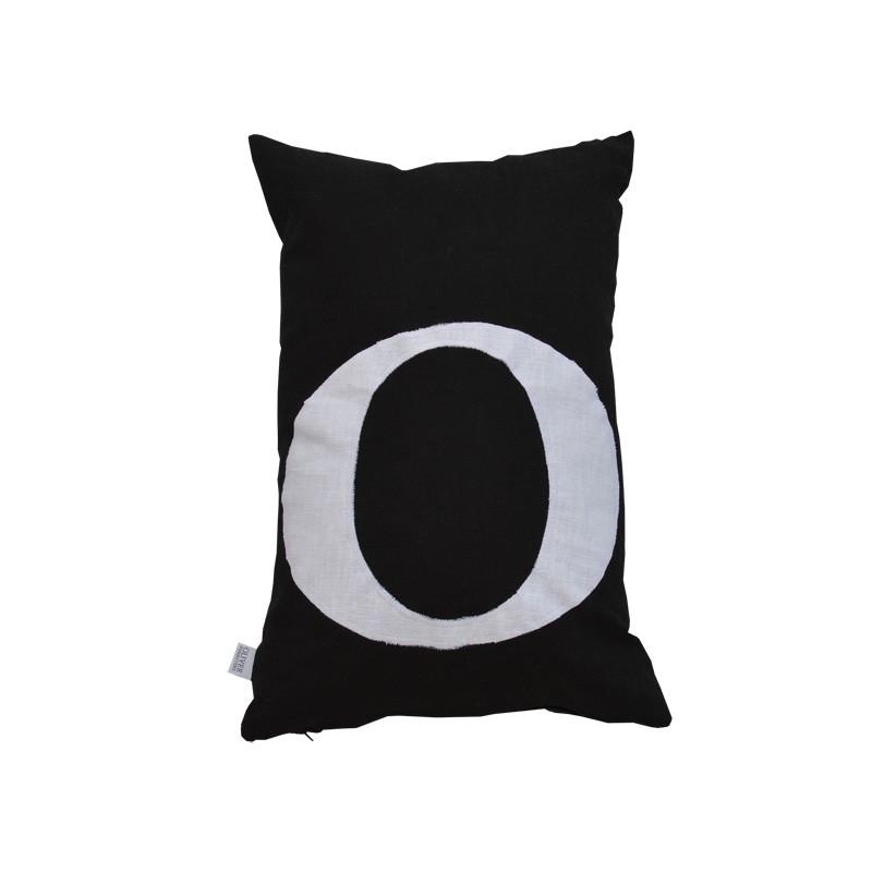 Bokstavskudde- O svartvit Oliver Furniture