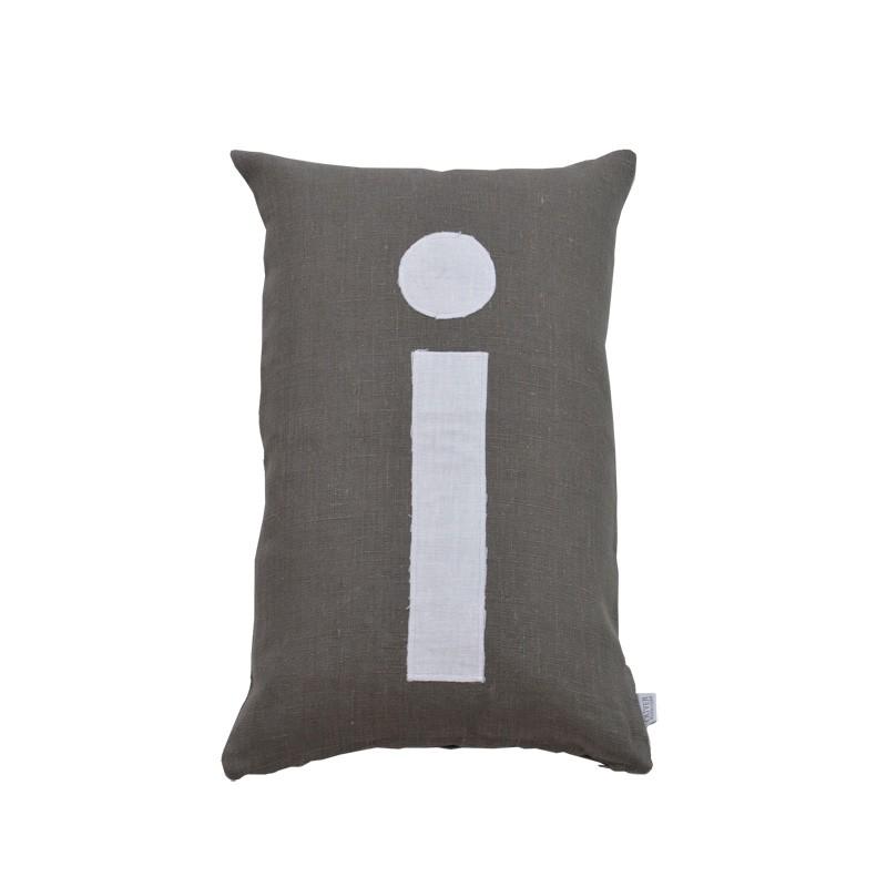 Bokstavskudde i grå linne- i Oliver Furniture