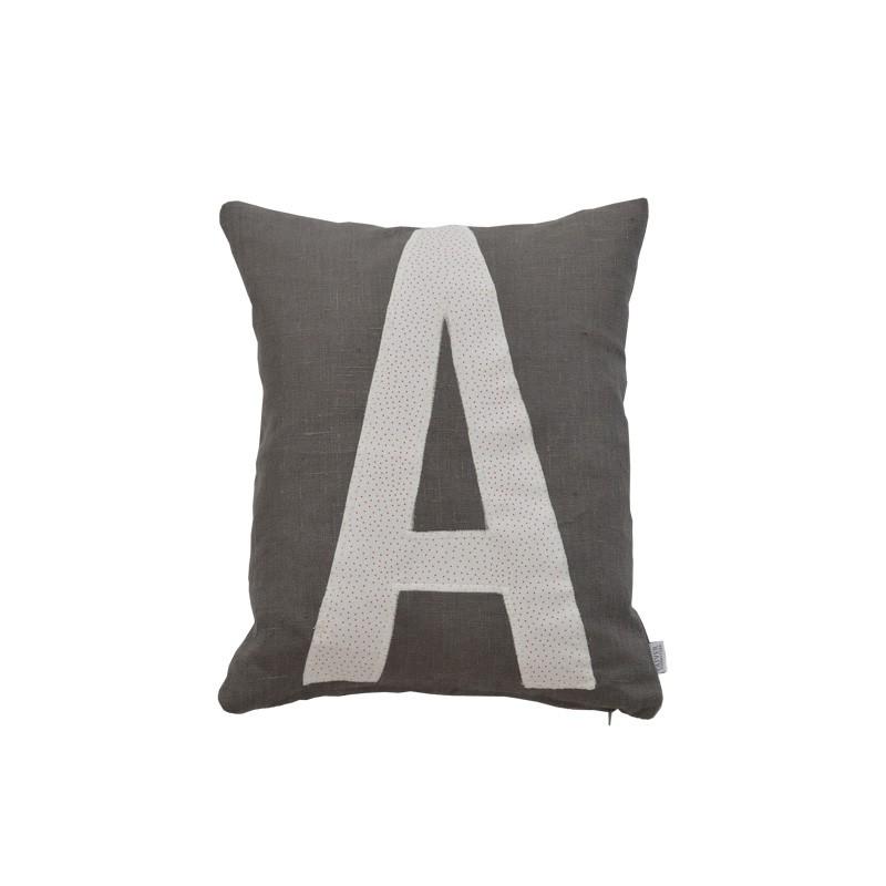 Bokstavskudde- grå linne A Oliver Furniture